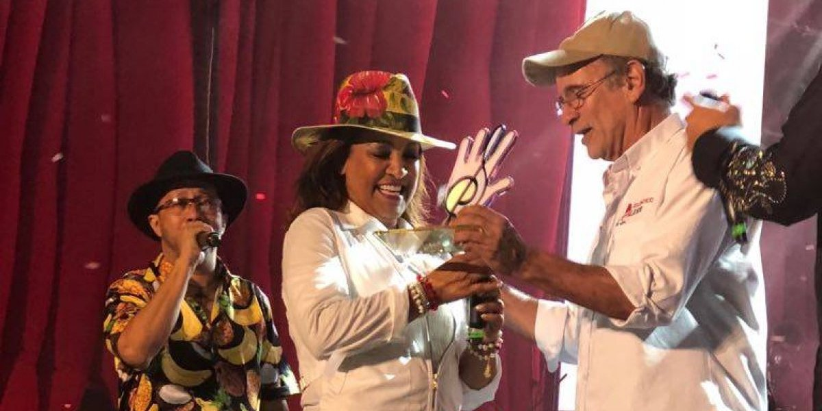 Milly Quezada recibe premio en Colombia