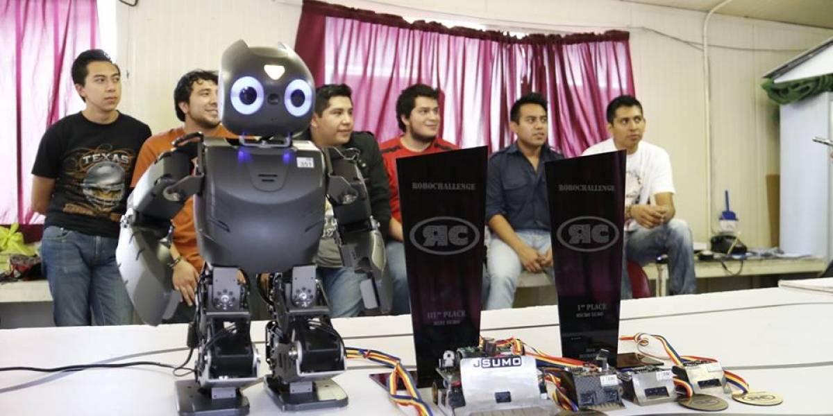 Mexicanos triunfan en RoboChallenge 2015