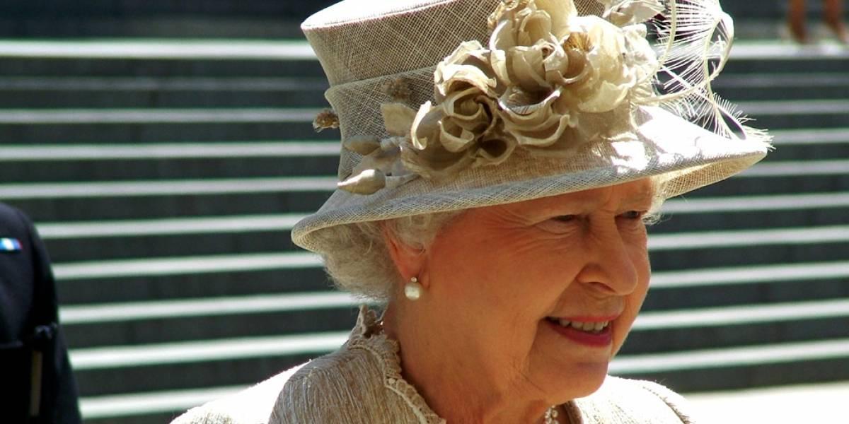 La reina Isabel II realizó su primer tuit