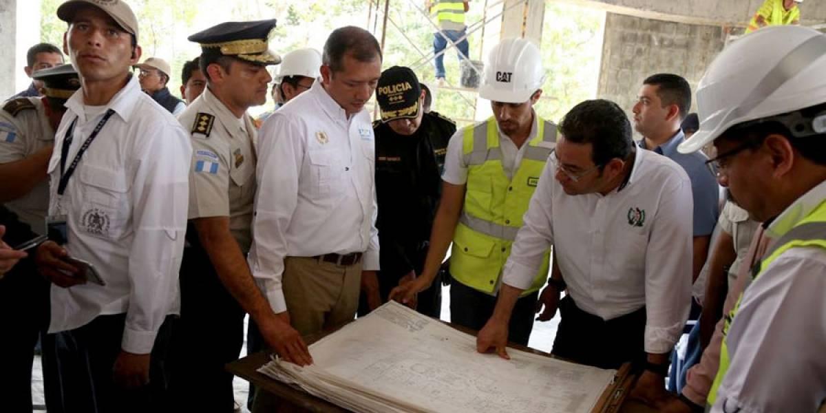 Jimmy Morales supervisa construcción de sede de PNC en Coatepeque