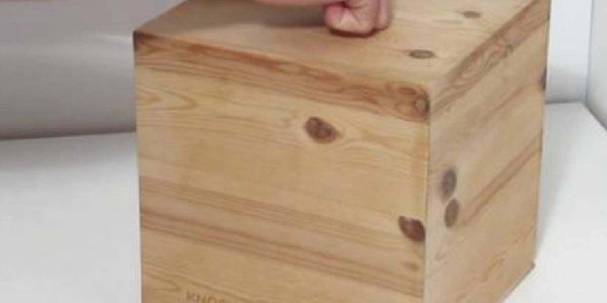 A este cubo de madera le das un golpecito y golpea de vuelta la hora
