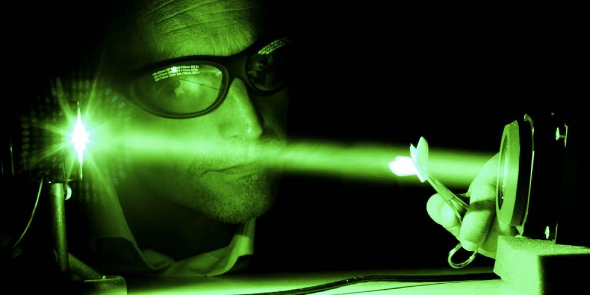 Hackean la tercera ley de Newton acelerando la luz por sí misma