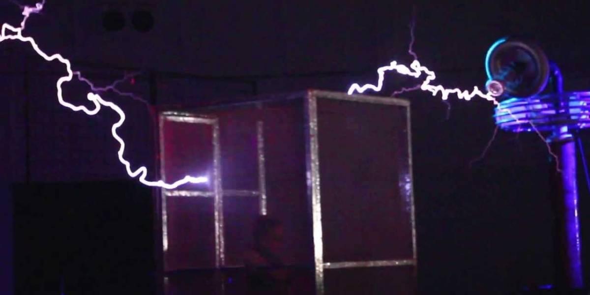 TinyTesla, una bobina Tesla que cabe en la palma de la mano