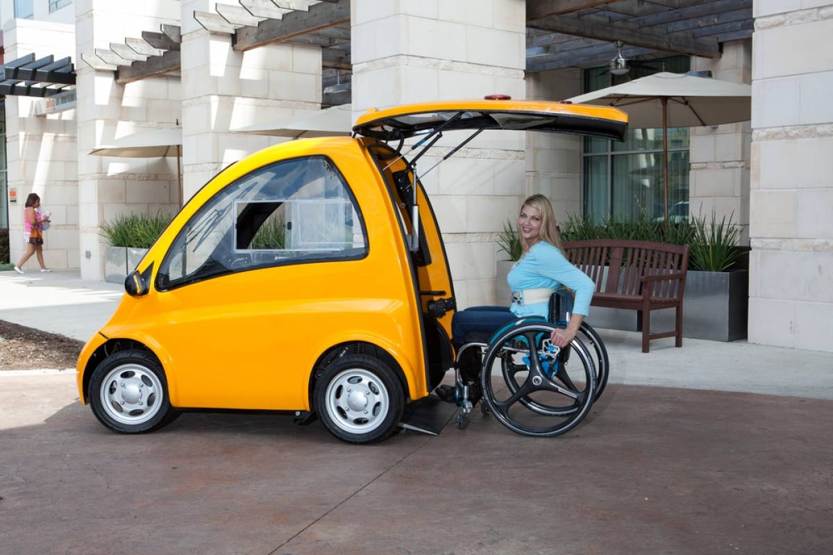 Desarrollan un pequeño auto eléctrico sin asientos ideal para personas en silla de ruedas