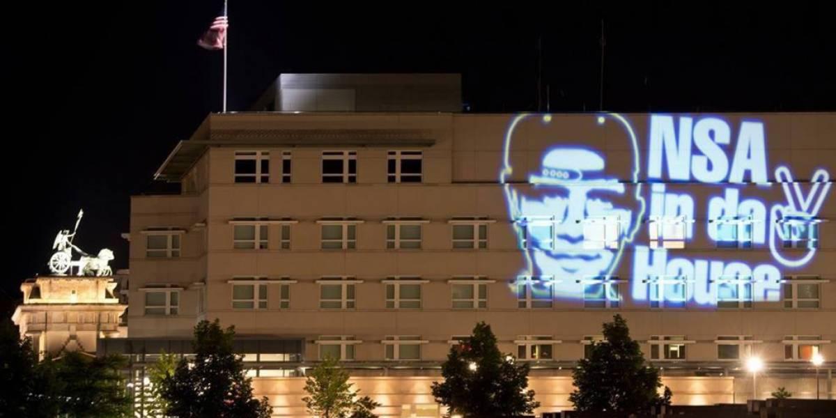 Activistas alemanes proyectan la cara de Obama en la embajada de Berlín