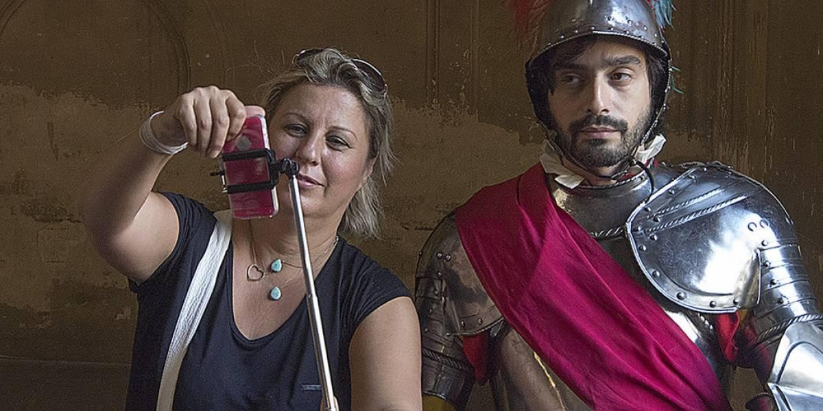 Museos en París planean prohibir el uso de palos de selfies