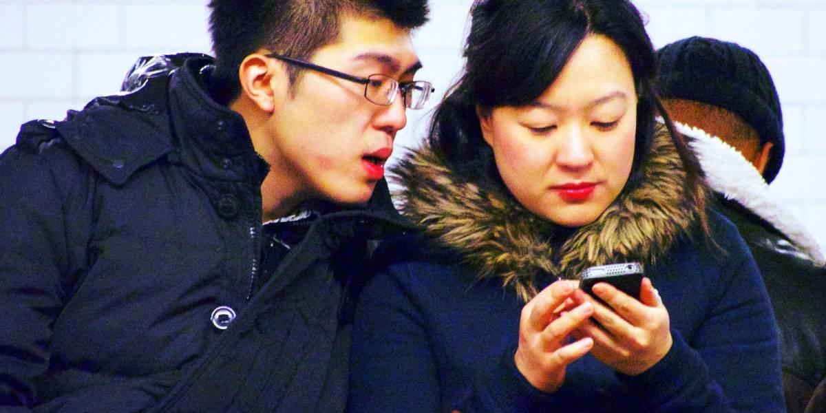Una pareja de cuatro: dos personas y dos móviles
