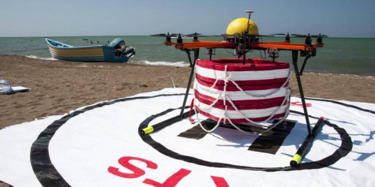 Drone salvavidas busca rescatar personas que se están ahogando