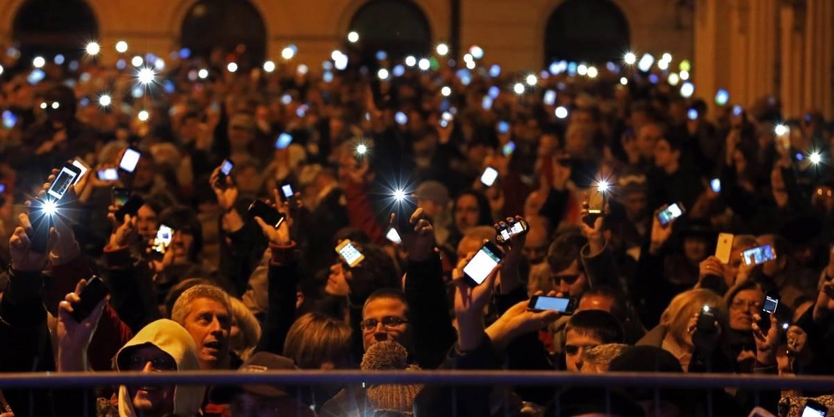Miles de húngaros protestan contra el impuesto al internet