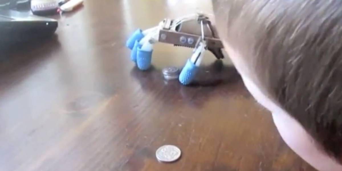 Crean prótesis de mano robot para niño de 5 años con impresoras 3D