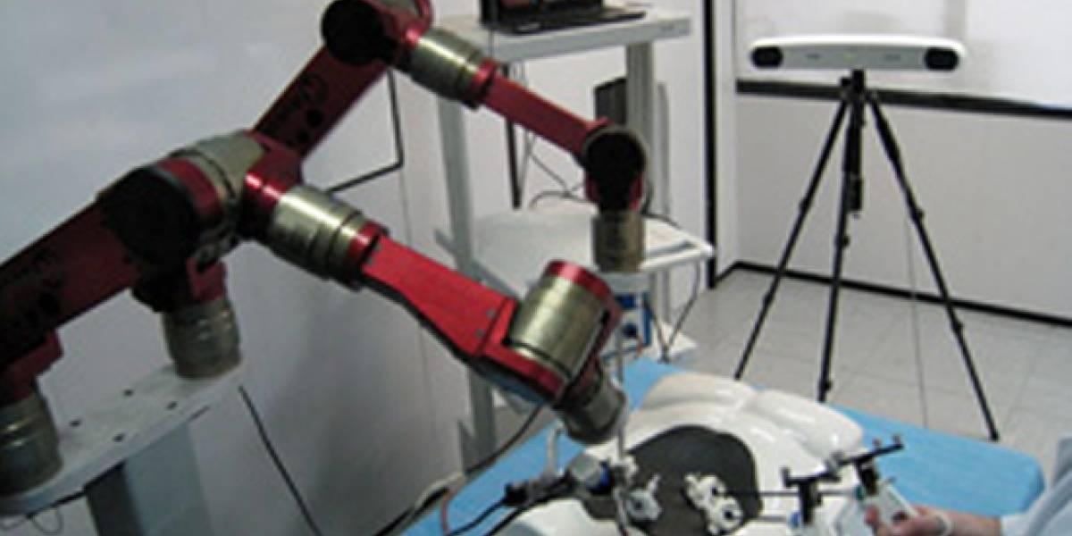 """Diseñan robot cirujano que """"entiende"""" el lenguaje médico"""