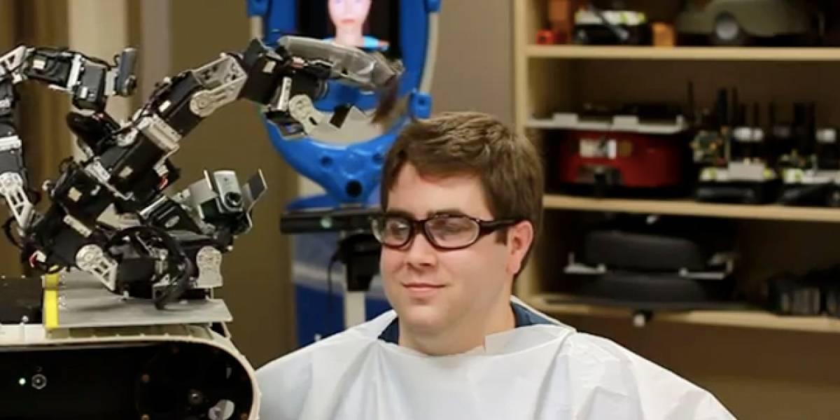 Robot de control remoto se convierte en peluquero para obra benéfica