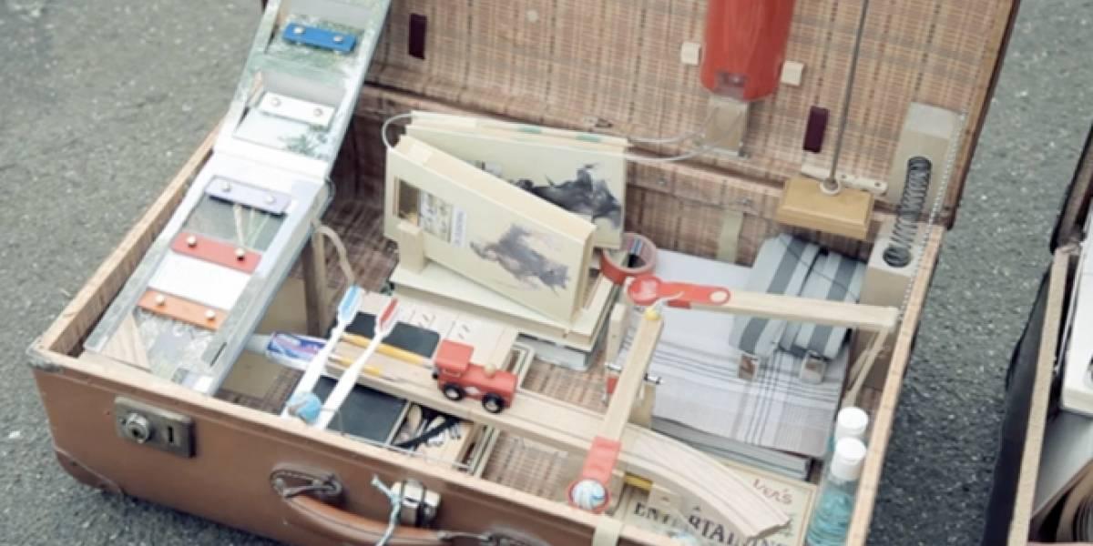 Una pequeña máquina de Rube Goldberg que estampa las postales