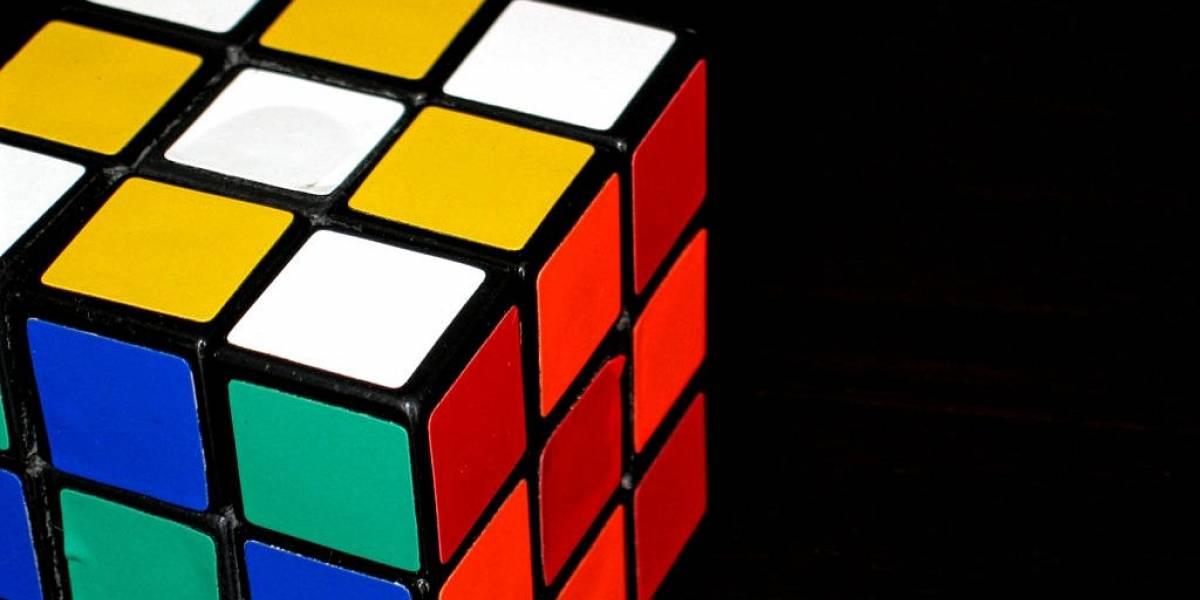 Adolescente resuelve cubo Rubik en menos de 5 segundos
