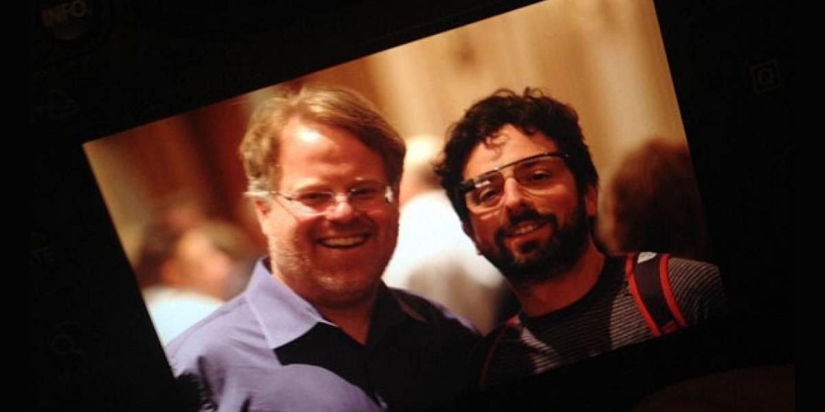 Sergey Brin aparece usando las gafas de Google