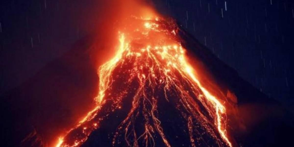 Lava del volcán más activo de Filipinas se extienden hasta 3 kilómetro de cráter del Mayón