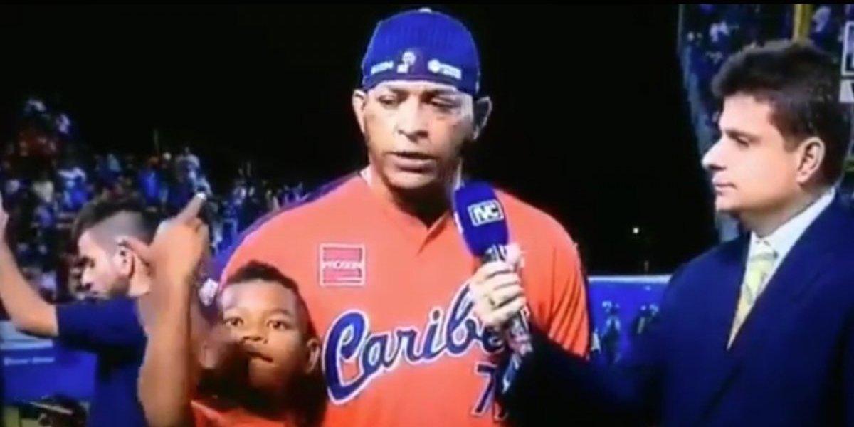 VIDEO: Hijo de beisbolista venezolano pinta dedo en plena entrevista