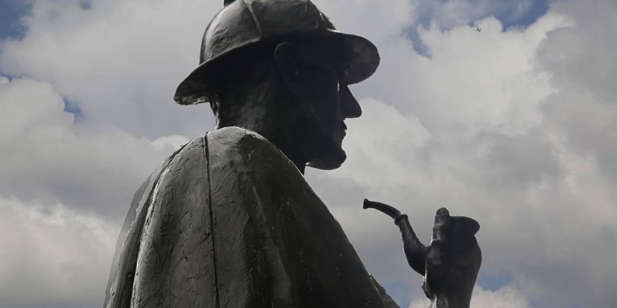 Estatuas de personajes de la historia llaman por teléfono a los ciudadanos de Londres