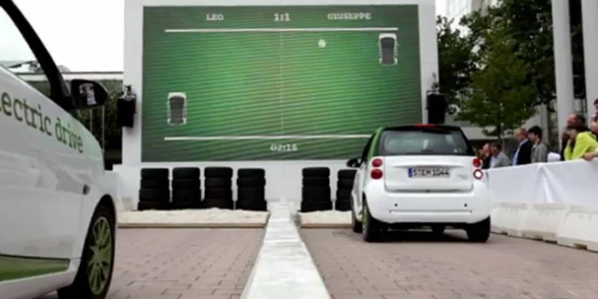 Observa como se juega Pong con dos coches eléctricos