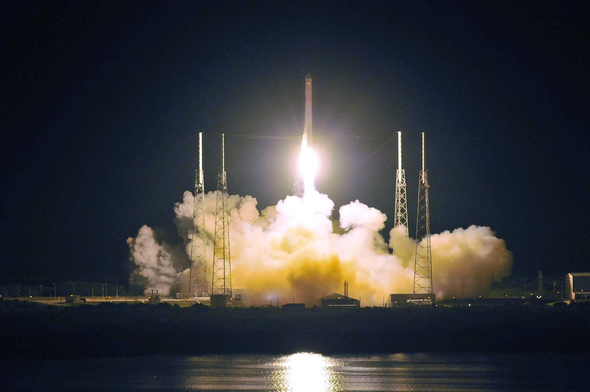 Un cohete de prueba de SpaceX se incendia por completo luego de probar un motor