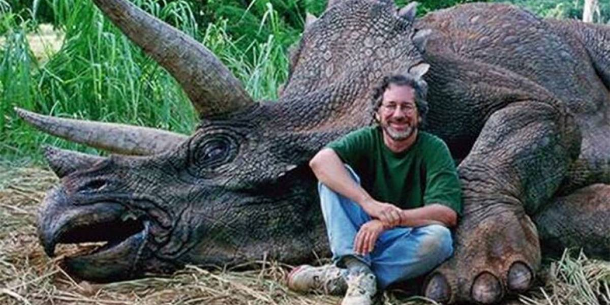 Steven Spielberg mata a un triceratops y la internet enfurece