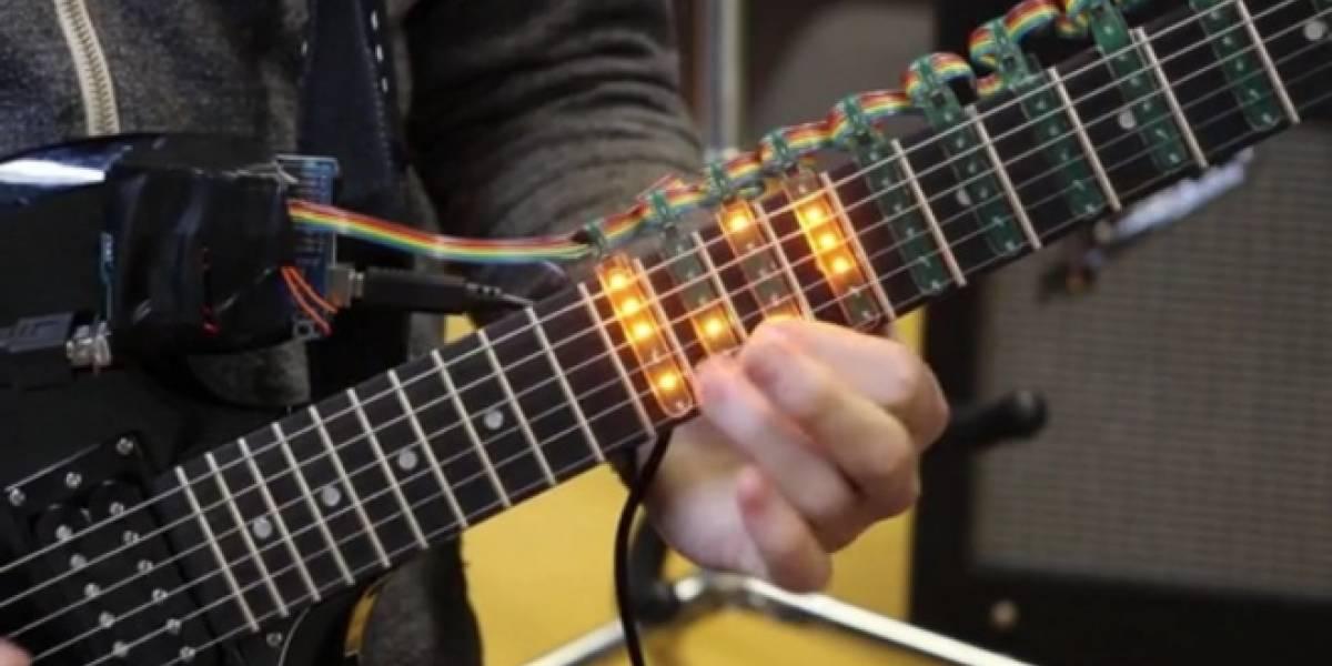 Tabber enseña a tocar guitarra iluminando las notas en el mástil