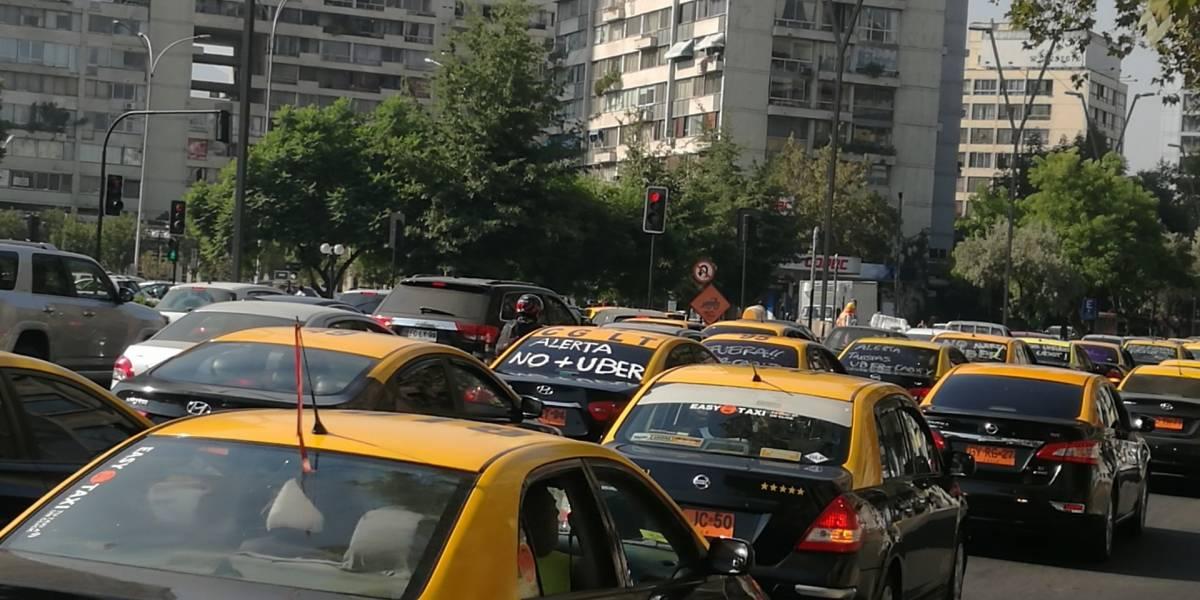 """Taxis protestan contra Uber en Santiago: """"Son un servicio pirata"""""""