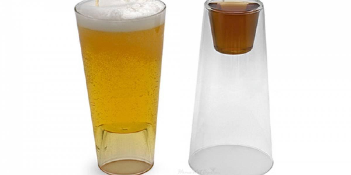 """Brillante: Si se acabó la cerveza, pasa a los """"cortitos"""" volteando el vaso"""