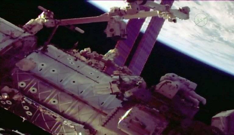 Astronautas reparan brazo robótico de la EEI
