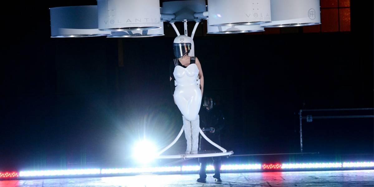 Lady Gaga usa un vestidocóptero volador