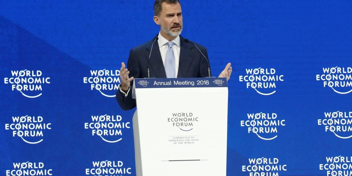 Rey Felipe VI pide en Davos terminar con las disputas en Cataluña