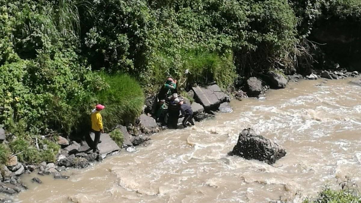 Riesgos Quito Rescatan a adulto mayor de ser arrastrado por el río Machángara
