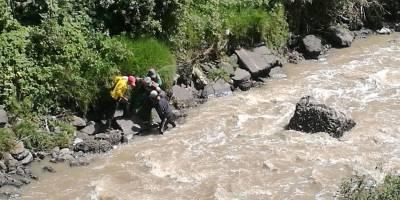 Rescatan a adulto mayor de ser arrastrado por el río Machángara
