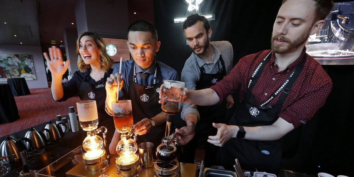 Starbucks aumenta salarios a sus empleados
