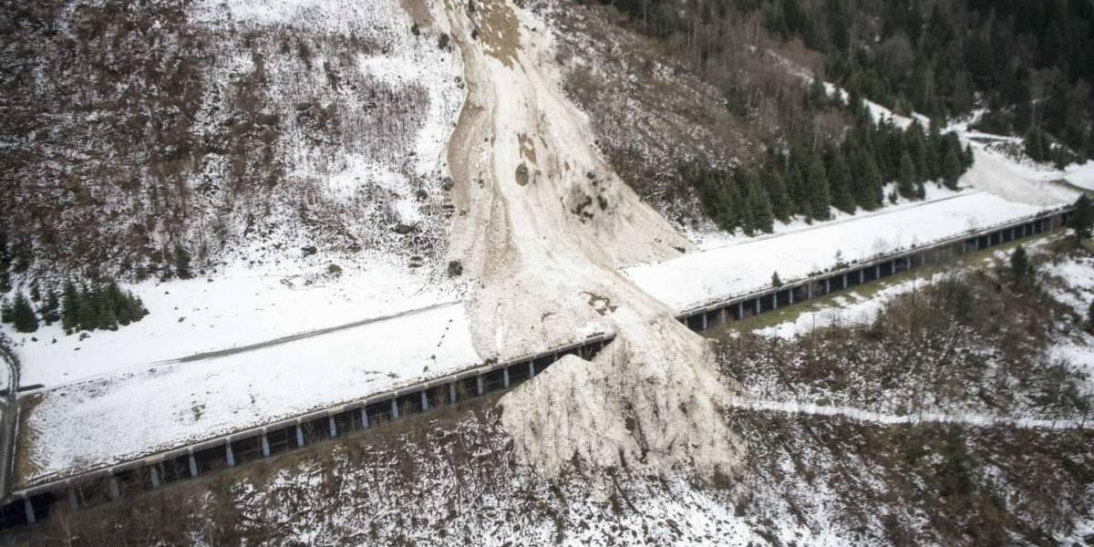Evacúan a 150 personas en Italia tras avalancha en los Alpes