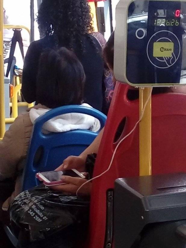 Cargar el celular en TransMilenio