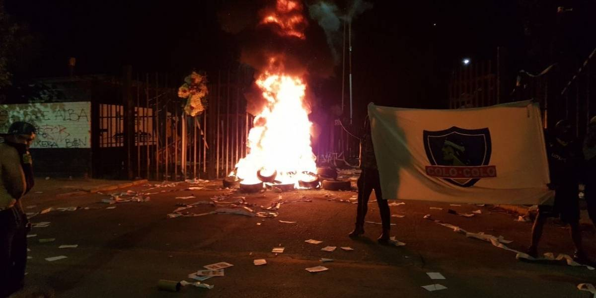 Crisis total: Hinchas de Colo Colo agudizan su rabia y vuelven a quemar neumáticos en el Monumental