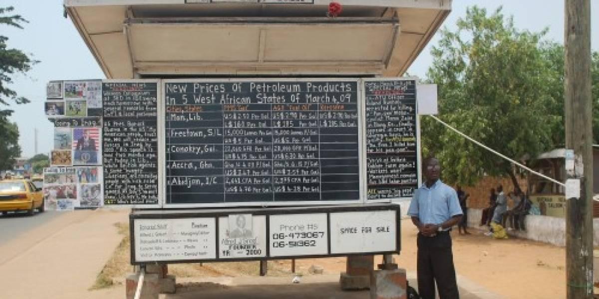 Bloguero liberiano escribe sus posts con tiza y pizarrón