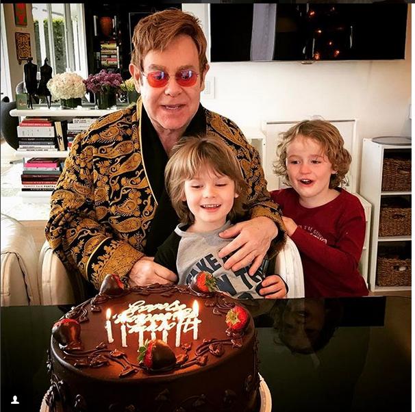 Elton con sus hijos.