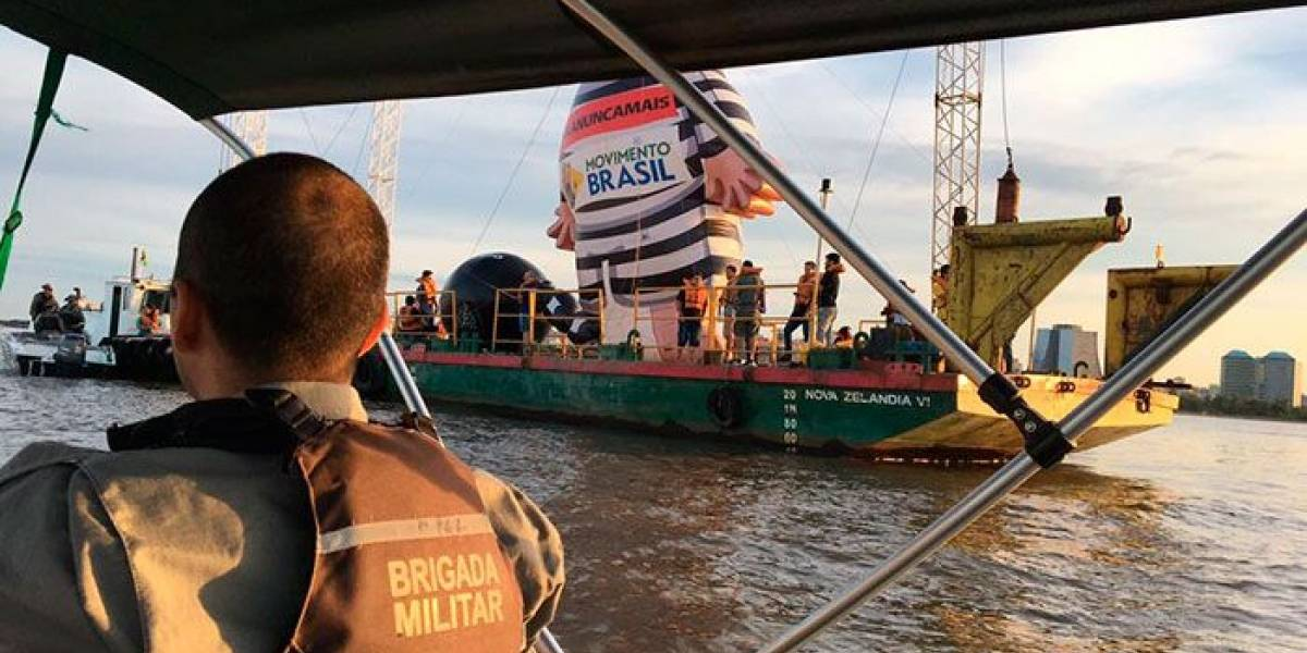 Em barco, Pixuleco gigante é abordado pela polícia do RS