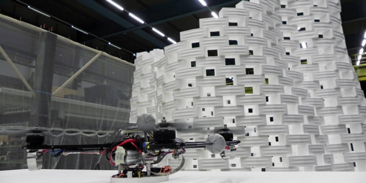 Robots voladores construyen estructura con bloques