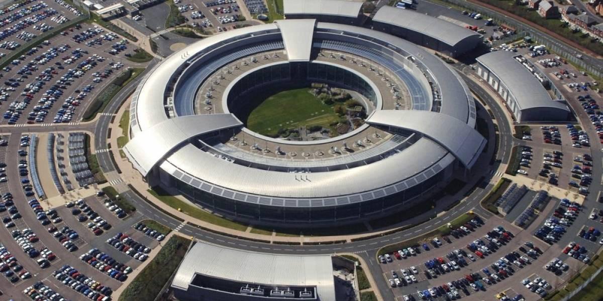 Afirman que agencia británica intercepta el tráfico de Internet desde los cables de fibra óptica