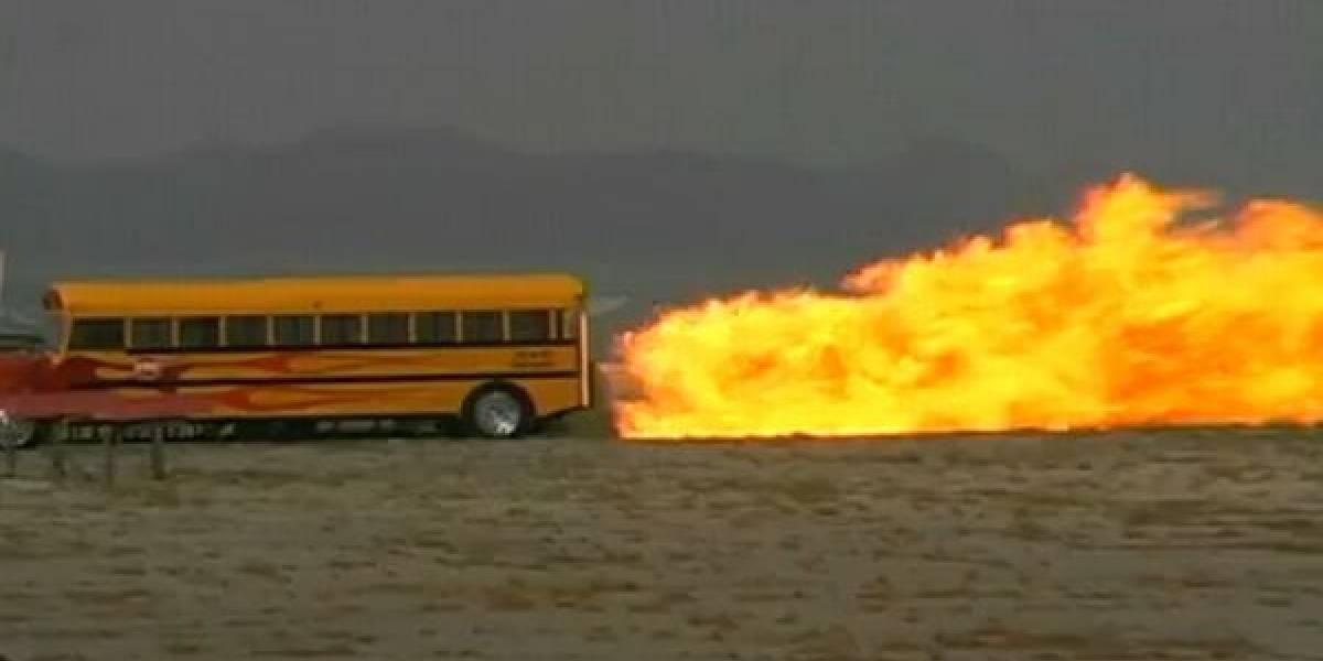 Bus escolar que viaja a 590 km/h