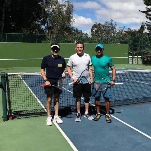 Jimmy Morales jugando tenis