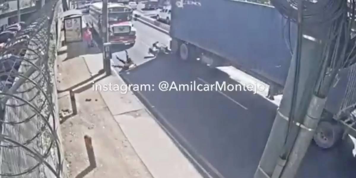 Comparten impactante video de colisión entre dos motoristas y un tráiler en avenida Petapa