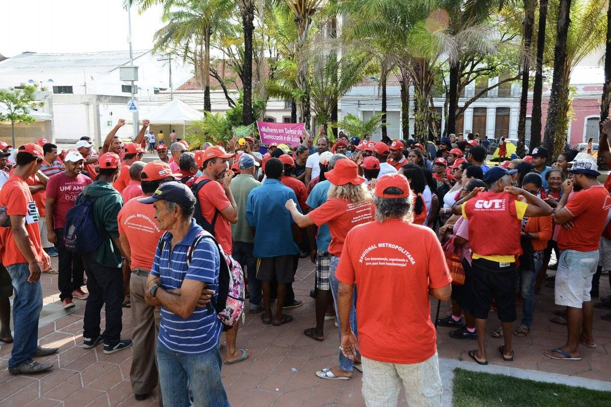 Movimentos sindicais se concentram na praça Tiradentes, em frente ao TRF-5, em Recife (PE), em apoio ao ex-presidente Lula Folha de Pernambuco/Folhapress