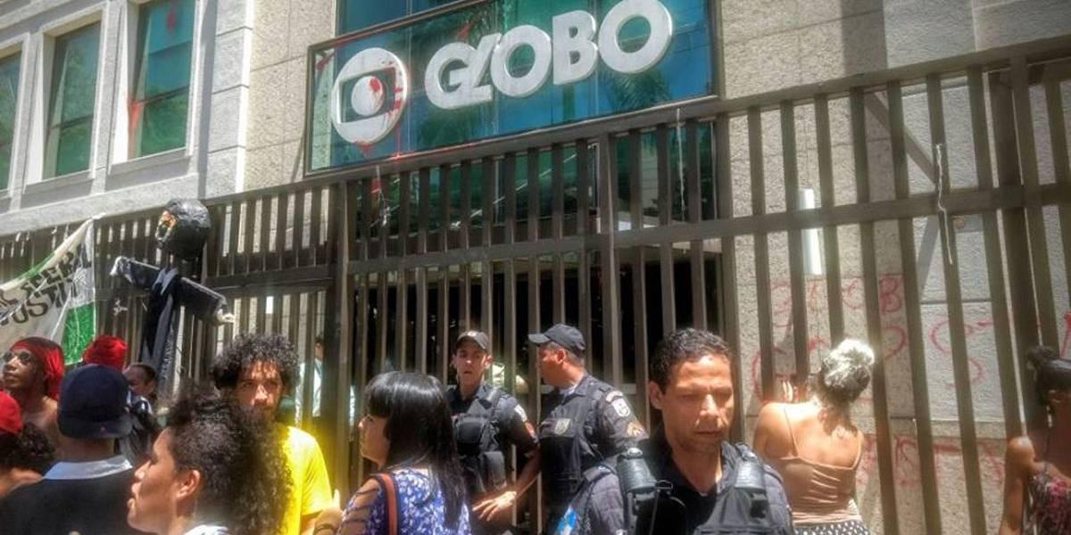 Manifestantes invadem prédio da TV Globo no Rio e são retirados pela polícia