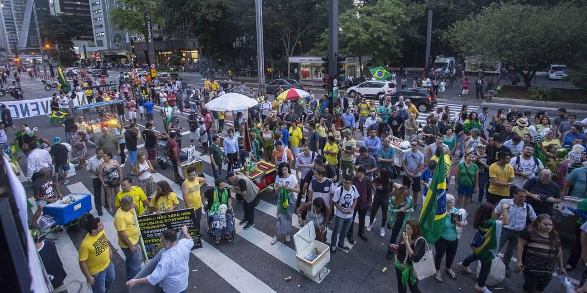 Movimentos anti-PT celebram na Paulista com fogos e gritos condenação de Lula