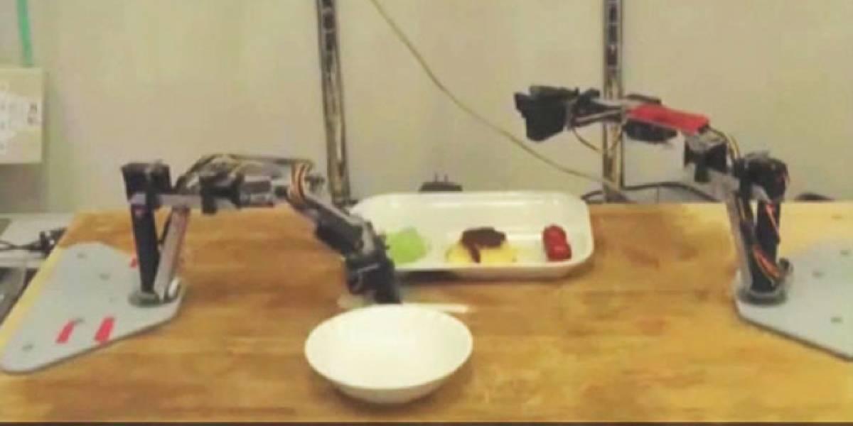 Un robot que reconoce, corta y te da tu comida