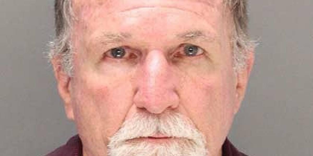 Hombre golpea a un quinceañero por no apagar su iPhone en un avión